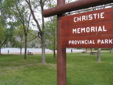 ok_falls_20050508_downtown_park,_skaha_lake_-_christie_memorial_pp