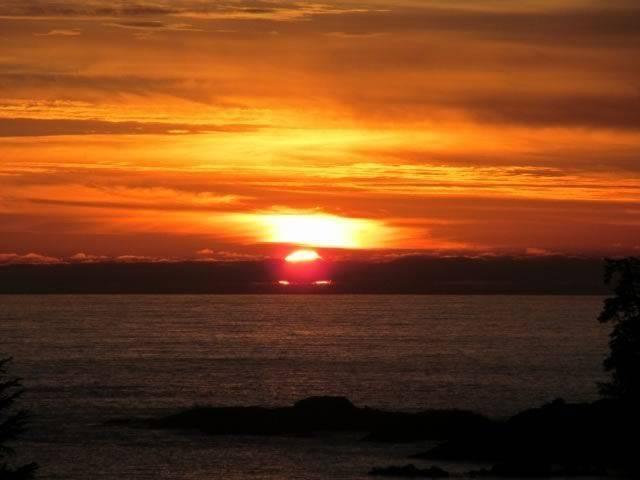 02-ucluelet-cottage-sunset